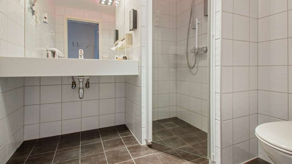 Best Western Plus Gyldenlove Hotell - Guest Bathroom w/shower