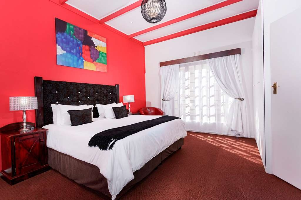 Best Western Cape Suites Hotel - Two bathrooms, kitchenette, tea/coffee supplies, flat panel satellite television (DSTV), air-conditioning, telephone, room-safe and hair dryers. Maximum 6 guests.