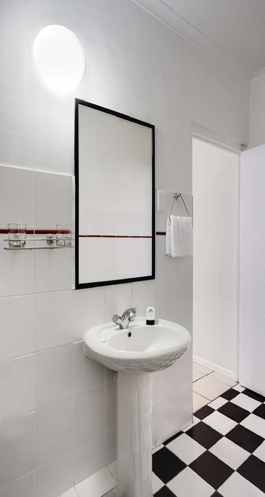 Best Western Cape Suites Hotel - Guest Bathroom