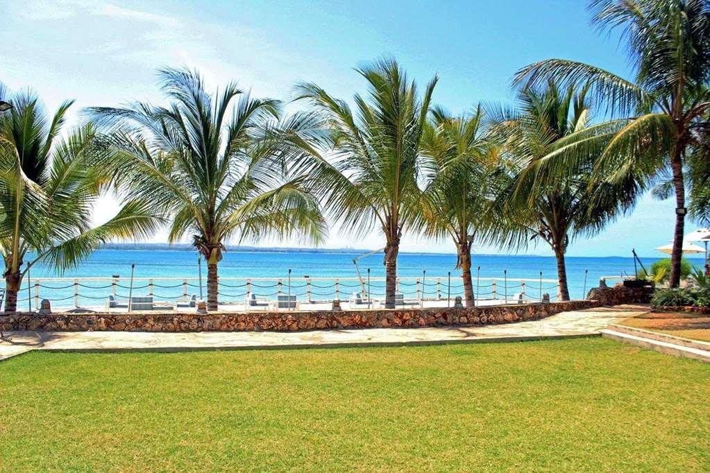 Best Western Coral Beach Hotel - garden lawn
