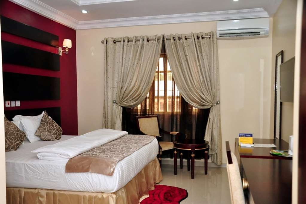 Best Western Meloch Hotel - Deluxe Room with One King Size Bed, Double Wardrobe, Tub and Mini-Fridge