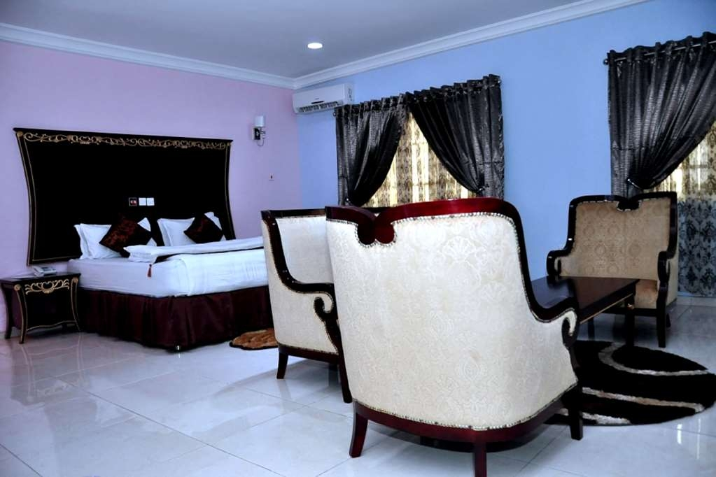 Best Western Meloch Hotel - Standard Suite Bedroom with One King Size Bed, Sitting Area, Separate Study, Double Wardrobe and Jacuzzi® with Stereo