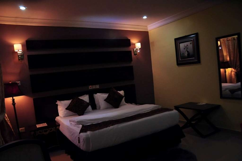 Best Western Meloch Hotel - Deluxe Suite with One King Size Bed, Jacuzzi® with Stereo, Settee, Tub and Mini-Fridge