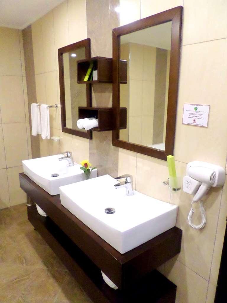 Best Western Premier Garden Hotel Entebbe - Suite Bathroom