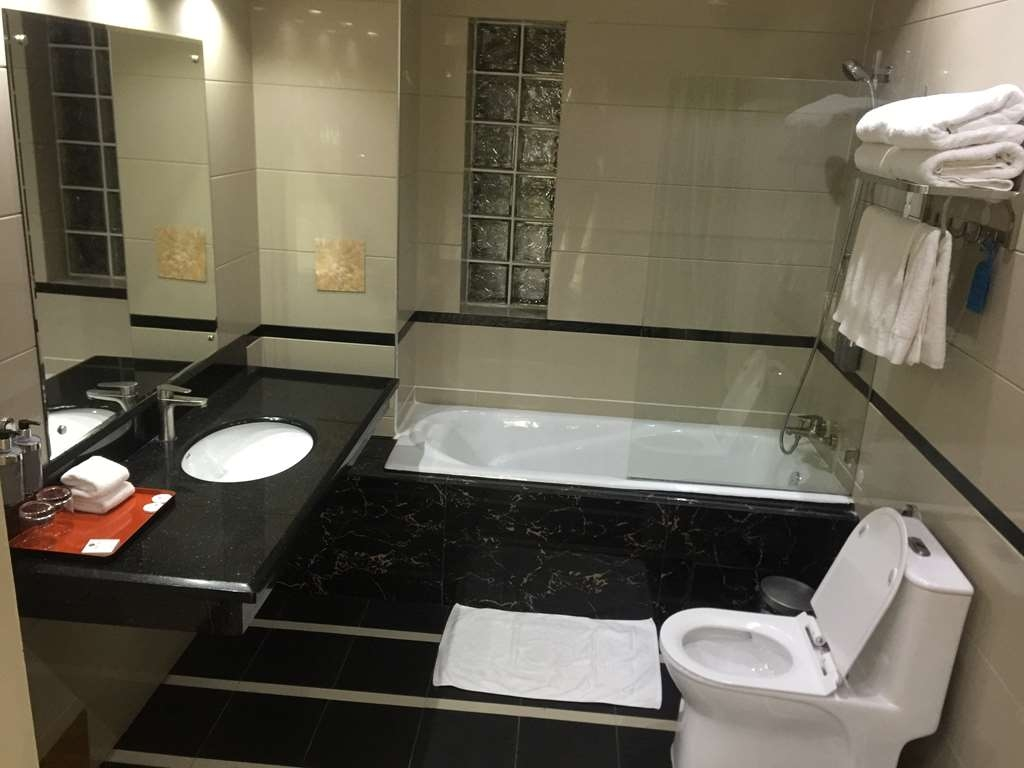 Best Western Plus Lusaka Grand Hotel - Guest Bathroom