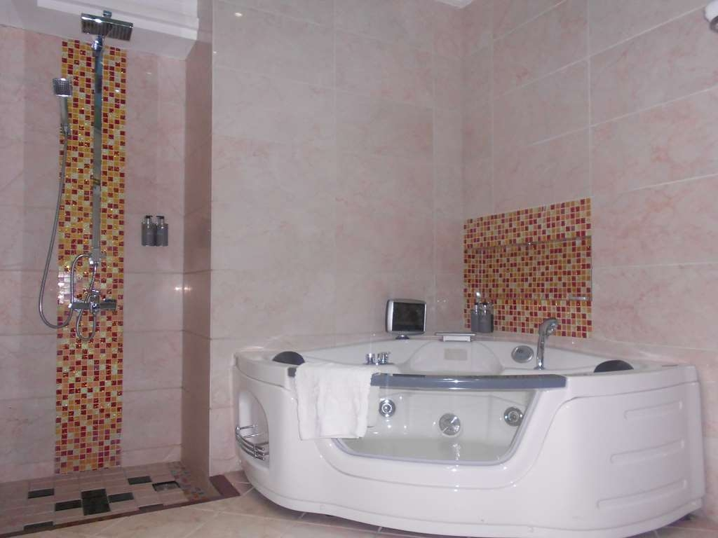 Best Western Plus Lusaka Grand Hotel - Suite- Jacuzzi Bathroom