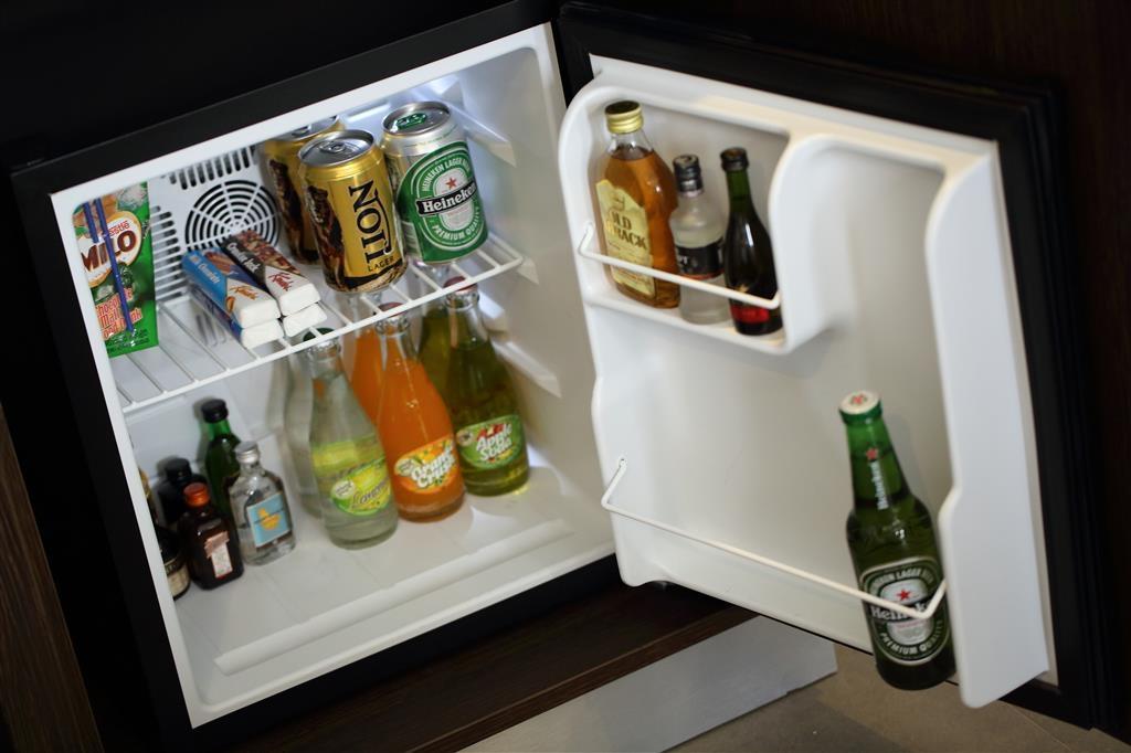 Best Western Elyon Colombo - guest room bar/minibar