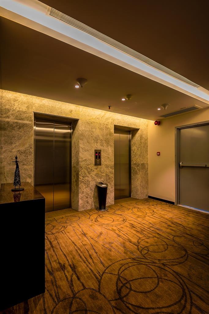 Best Western Plus Maple Leaf - Elevator