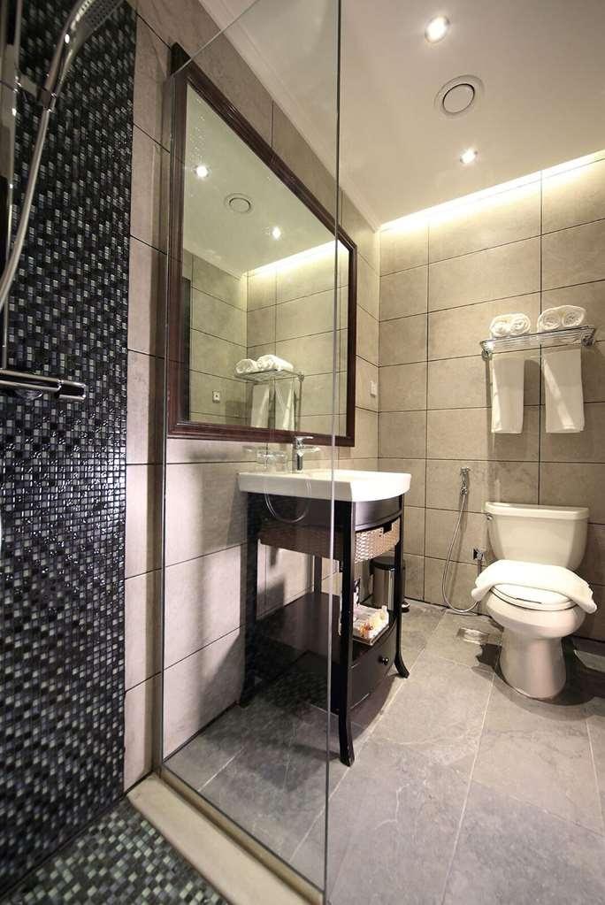 Best Western Plus Fursan Hotel - Guest Bathroom