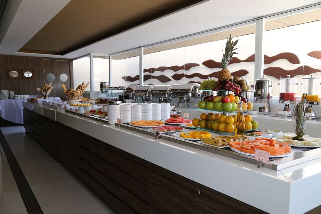 Best Western Premier Majestic Ponta Negra Beach - Our delicious complimentary full breakfast offers a variety of flavors and served daily.