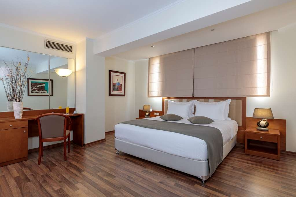 Best Western Plus Hotel Plaza - Junior Suite with One Queen Size Bed, Two Twin Beds and a Sofabed