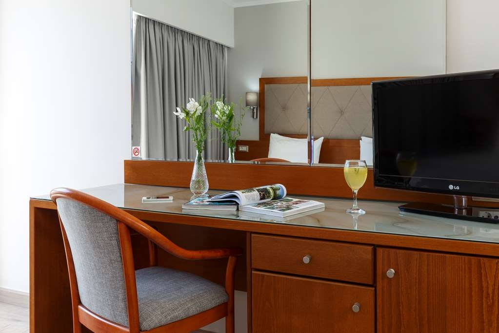 Best Western Plus Hotel Plaza - Work Area in the Guest Rooms