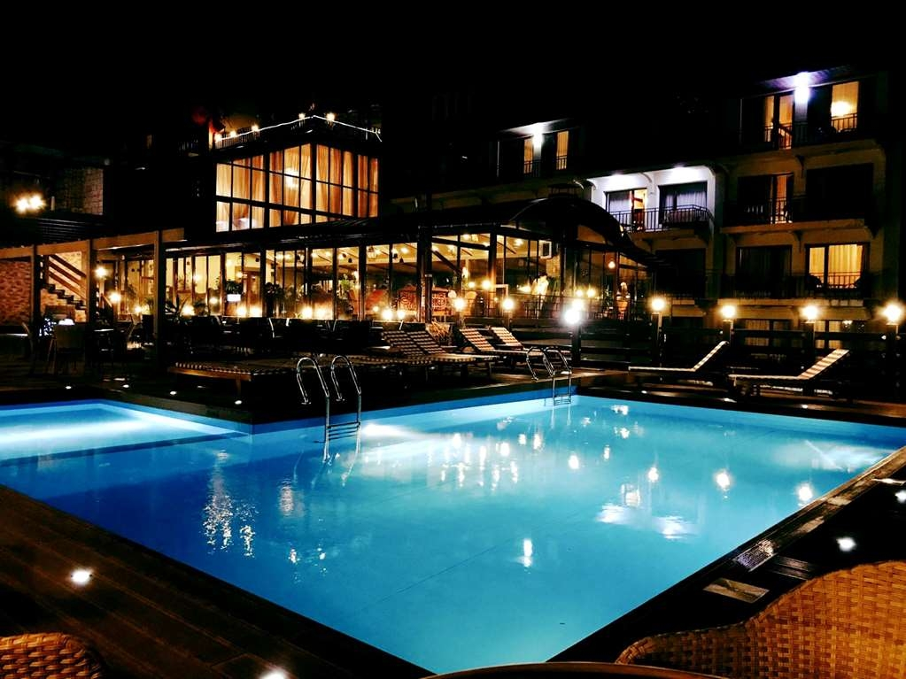 Best Western Plus Paradise Hotel Dilijan - Pool at Night