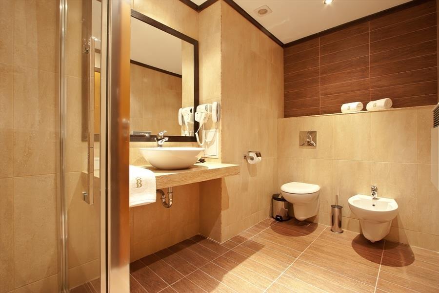 Best Western Plus Bristol Hotel - Guest Bathroom