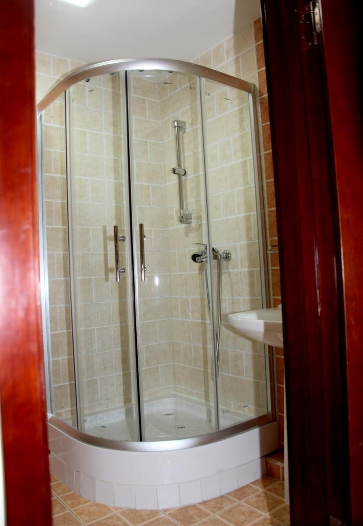 Best Western Gobi's Kelso - Shower in Standard Guest Room