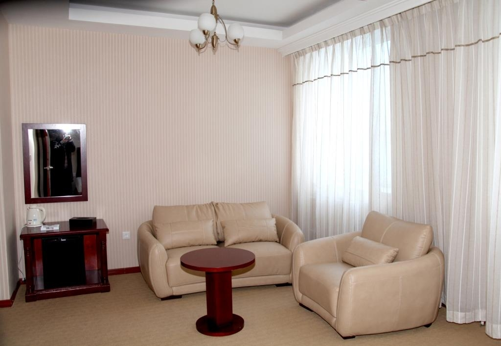Best Western Gobi's Kelso - Sitting Area in Semi Deluxe Guest Room