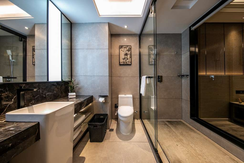 Best Western Plus Ouyue Hotel Fuzhou - Superior Guest Room with One Queen Size Bed Bathroom