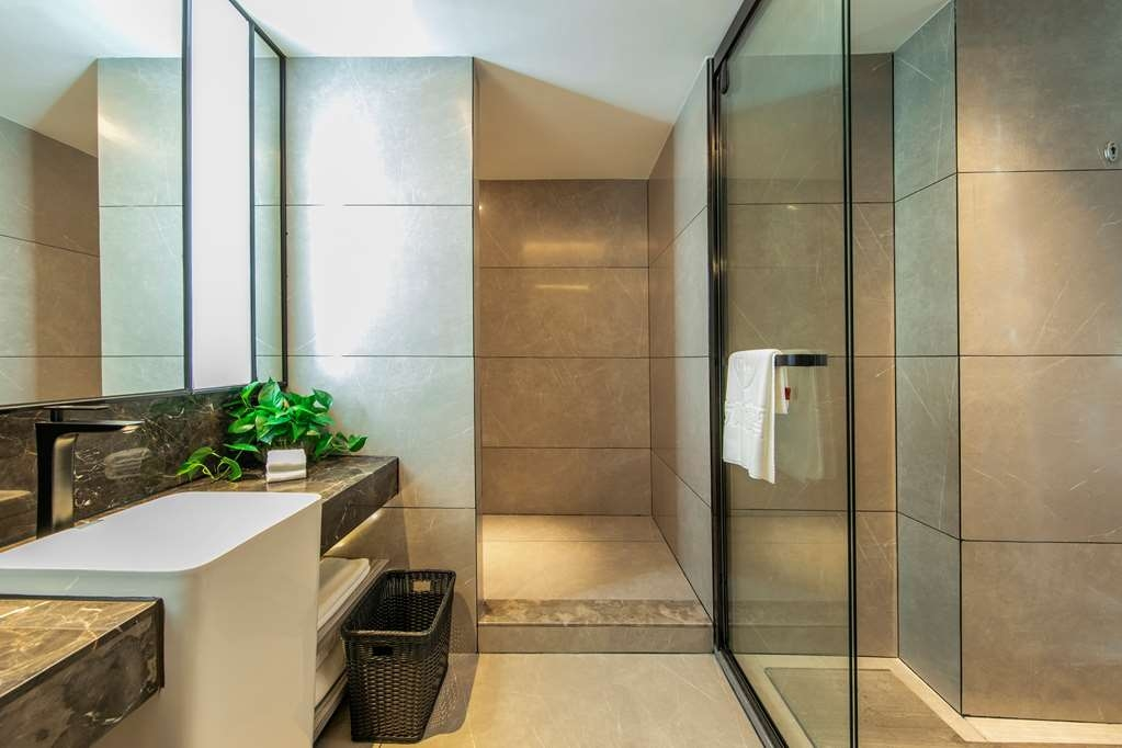 Best Western Plus Ouyue Hotel Fuzhou - Bathroom in the Executive Suite with Queen Size Bed