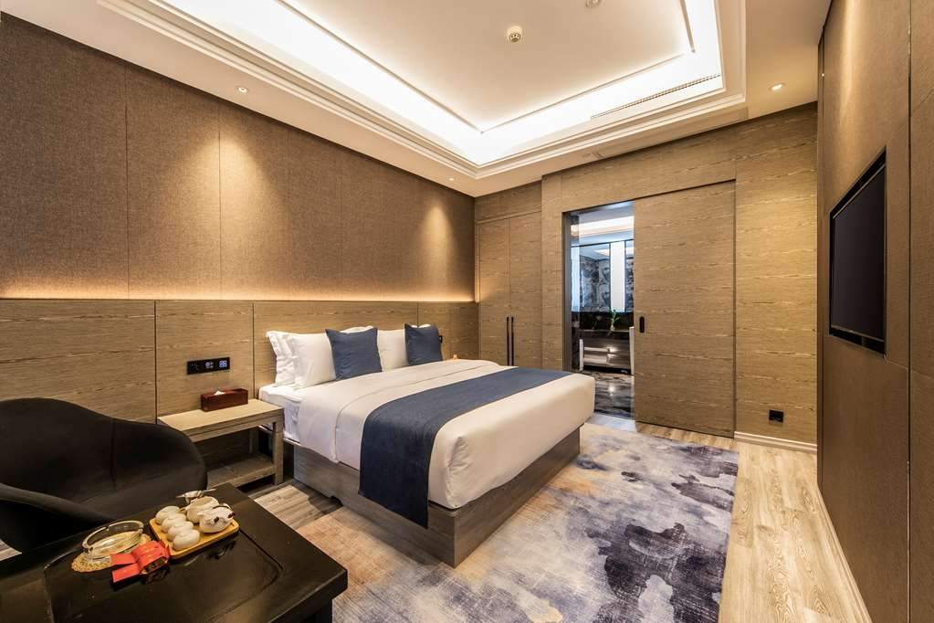 Best Western Plus Ouyue Hotel Fuzhou - Bedroom in the Executive Suite with One Queen Size Bed