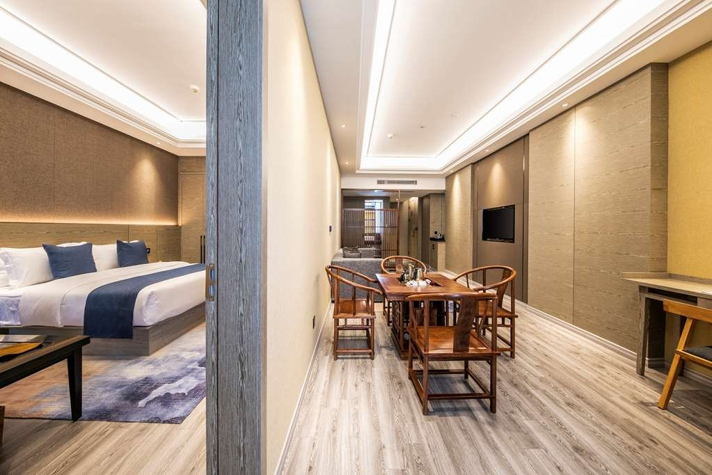Best Western Plus Ouyue Hotel Fuzhou - Living and Dining Area in the Executive Suite with One Queen Size Bed