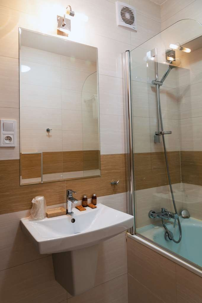 Best Western Hotel Poleczki - The room has comfortable king size bed, kitchennette, air-condition, bathtub.