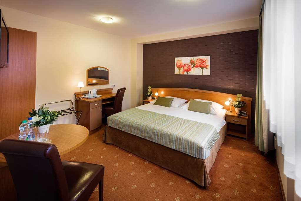 Best Western Hotel Galicya - Standard room with king bed, work desk, TV LCD and Internet access.