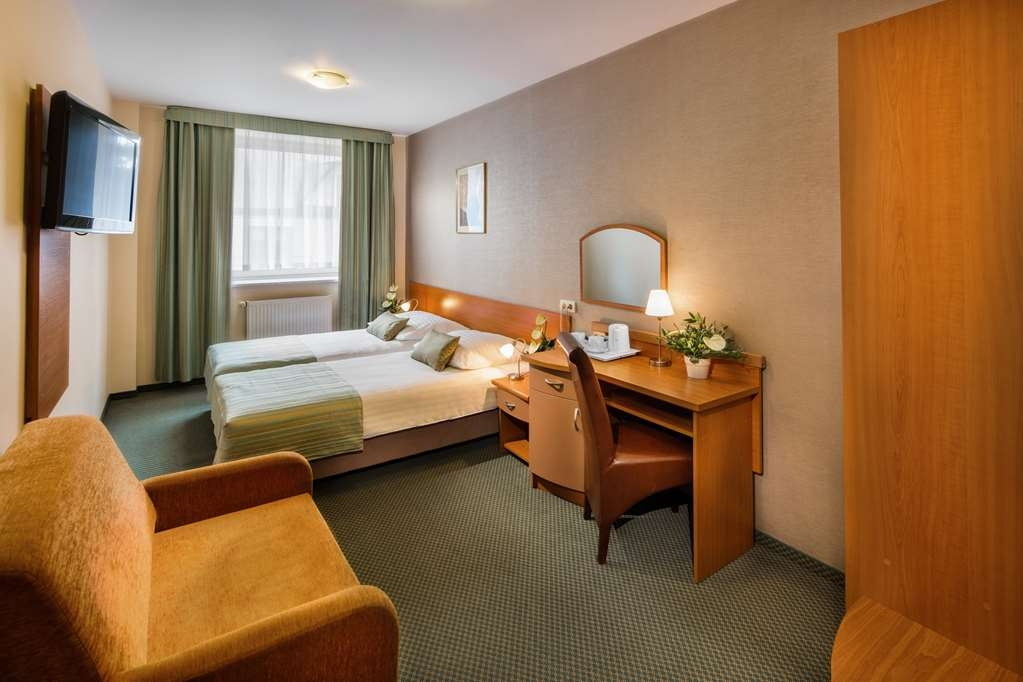 Best Western Hotel Galicya - Premium room has two single beds, coffee and tea maker, sitting area, work desk, Internet access and TV LCD, laptop pad.