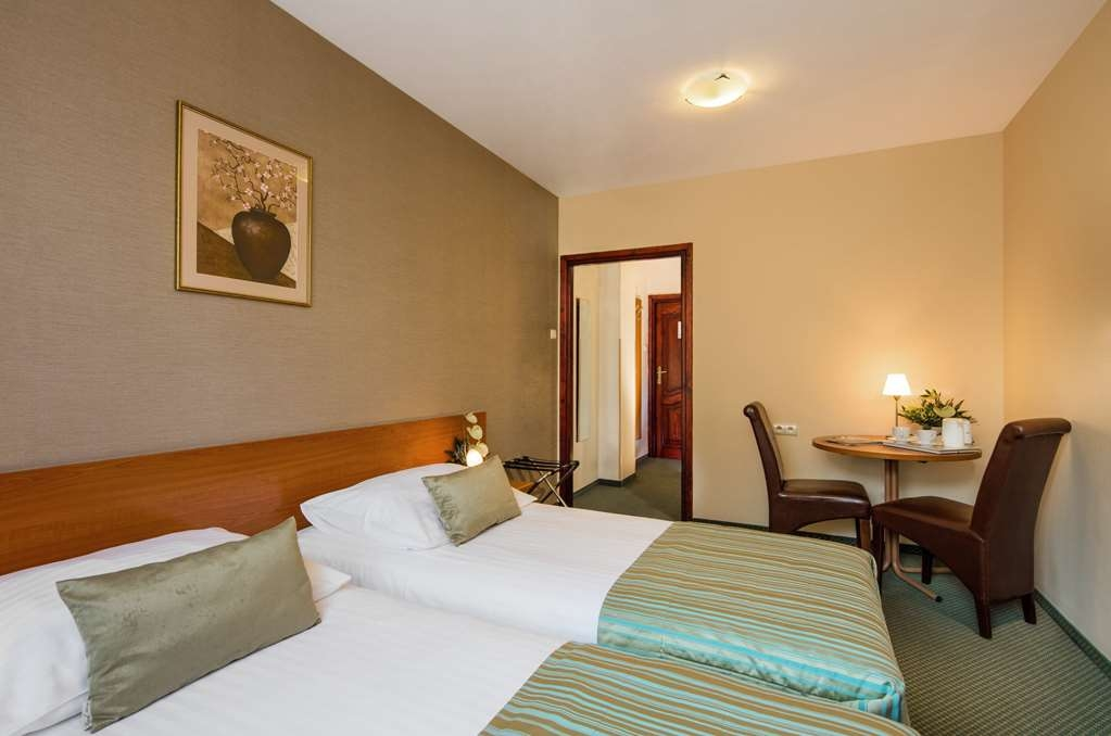 Best Western Hotel Galicya - Our standard room with two single beds has a work desk, TV and Internet access.