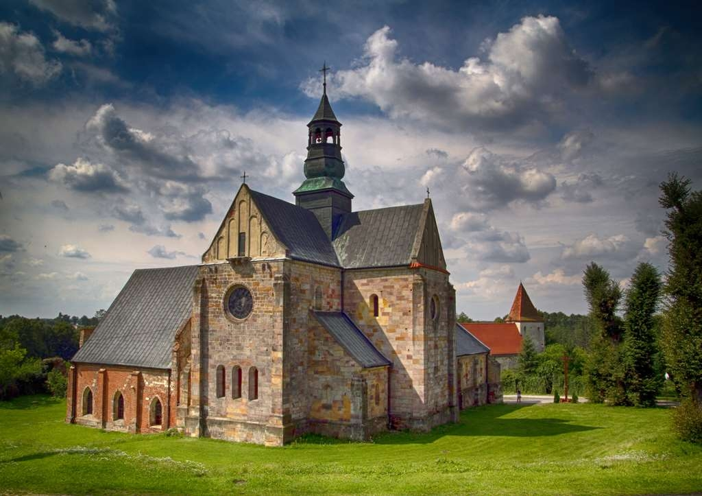 Best Western Plus Hotel Podklasztorze - The impressive view of the church in the day.