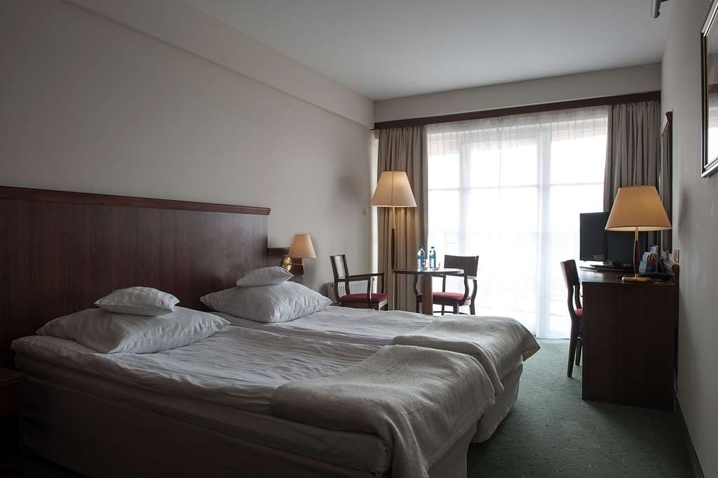 Best Western Hotel Edison - Guest Room with Two Twin Size Beds, Balcony and Lake View