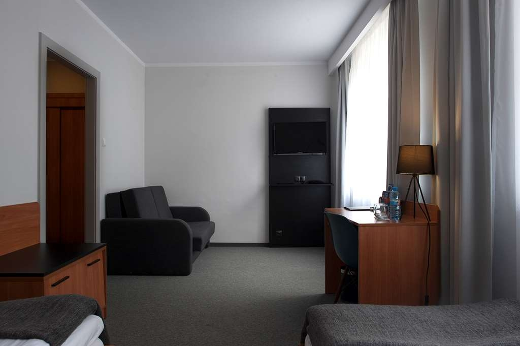 Best Western Hotel Edison - Guest Room with Two Twin Size Beds and a Sofabed