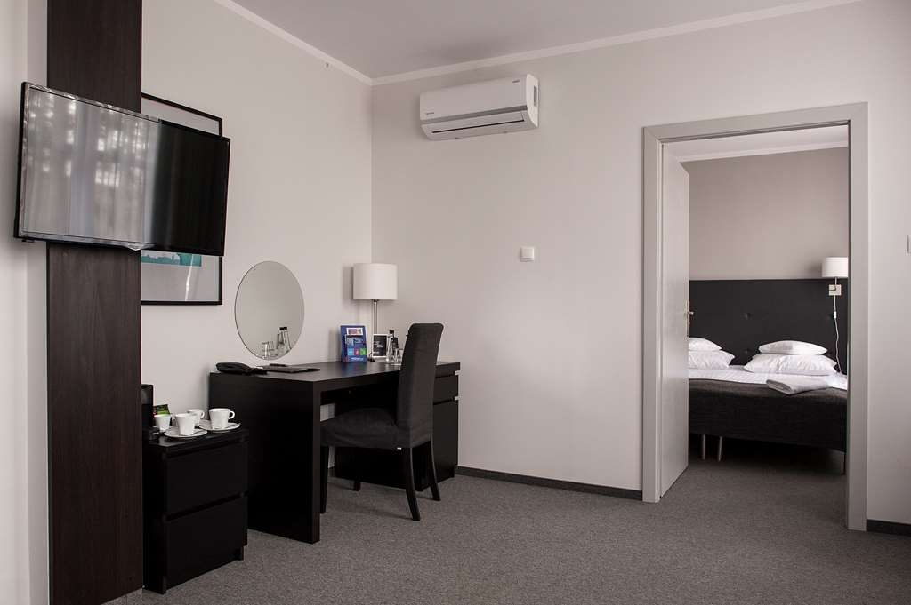 Best Western Hotel Edison - Two Room Suite with Living Area with a Sofabed and King Size Bed