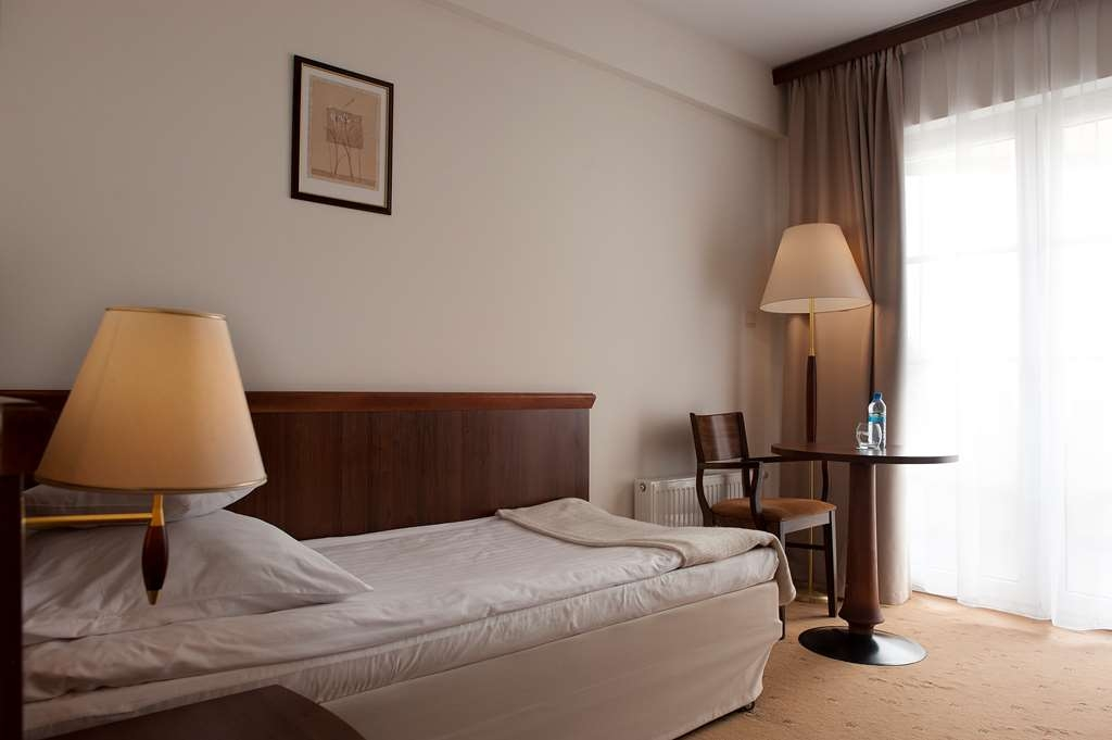 Best Western Hotel Edison - Guest Room with One Twin Size Bed, Balcony and a Lake View