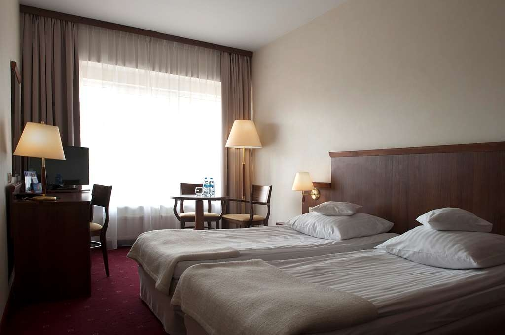 Best Western Hotel Edison - Guest Room with Two Twin Size Beds