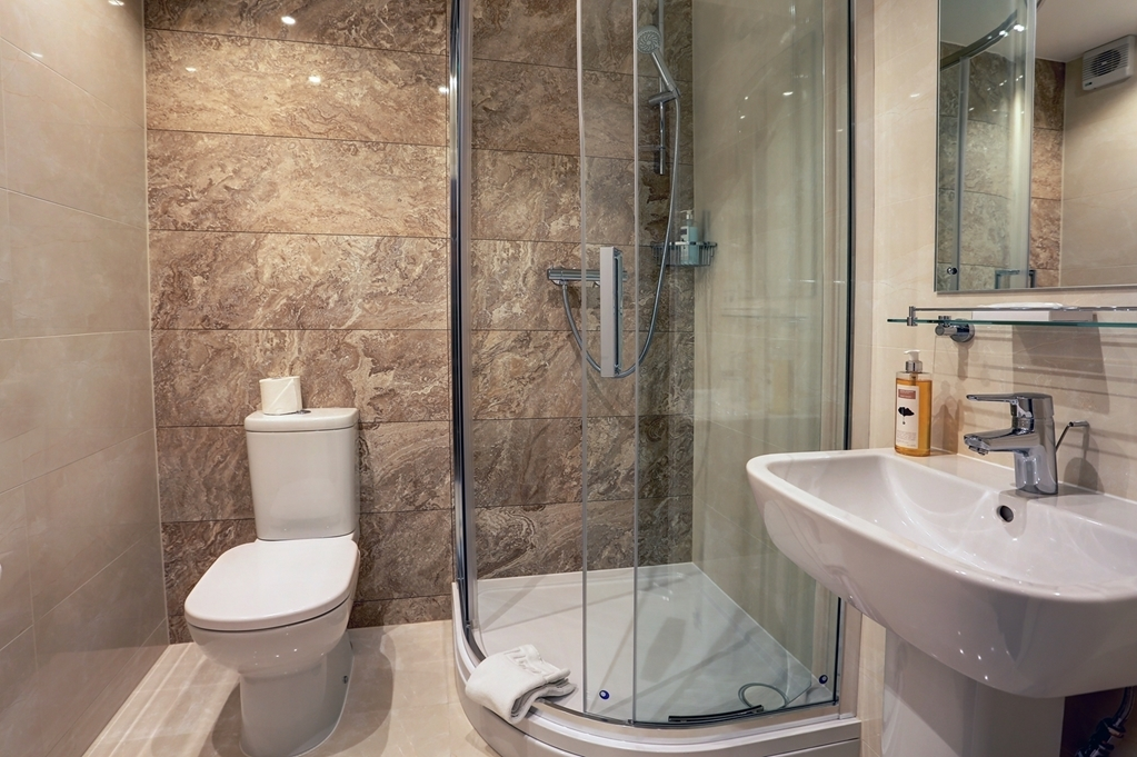 Best Western Welwyn Garden City Homestead Court Hotel - Guest Bathroom