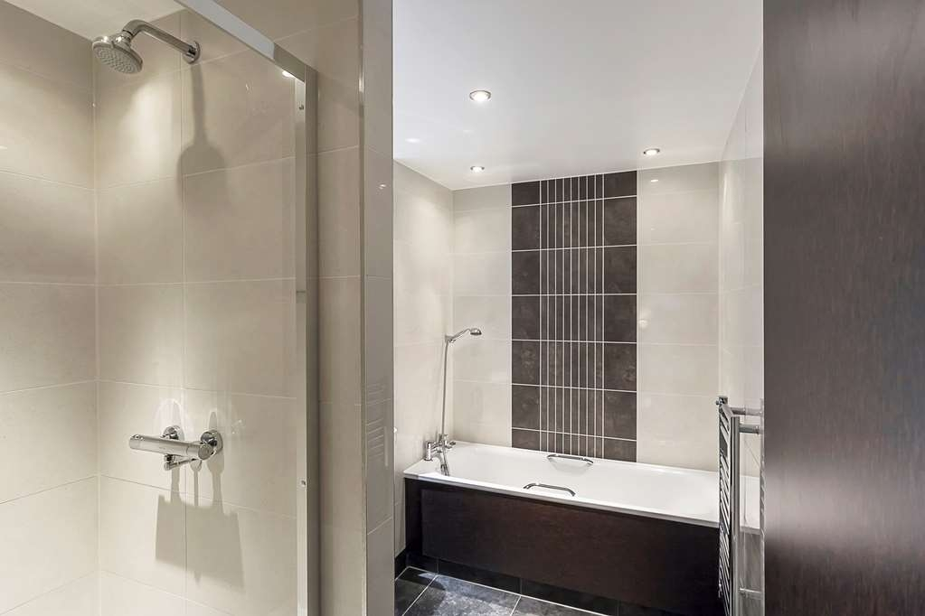 Best Western Plus Manchester Airport Wilmslow Pinewood Hotel - Guest Bathroom