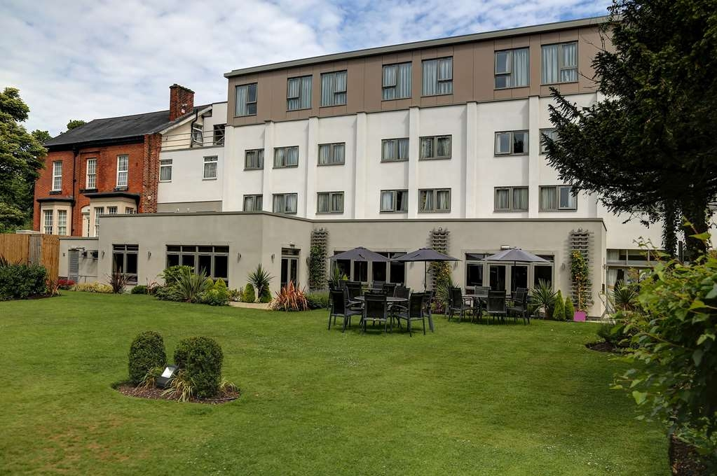 Best Western Plus Manchester Airport Wilmslow Pinewood Hotel - pinewood hotel grounds and hotel