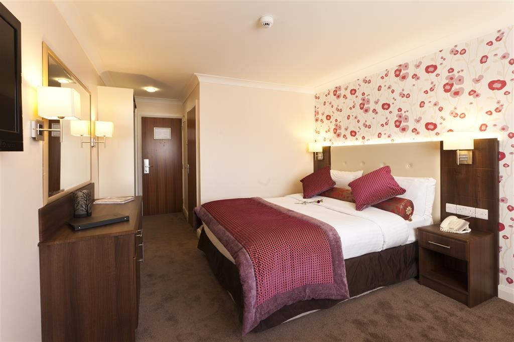 Best Western Plus White Horse Hotel - This room features one double bed and a 32-inch flat screen television.