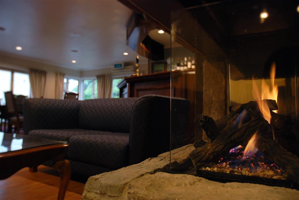 Best Western Braeside Rotorua - Restaurant Fireplace