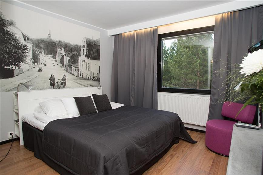 Best Western Hotell SoderH - King size bed and in the livingroom, there´s a sofabed for 2-3 children.