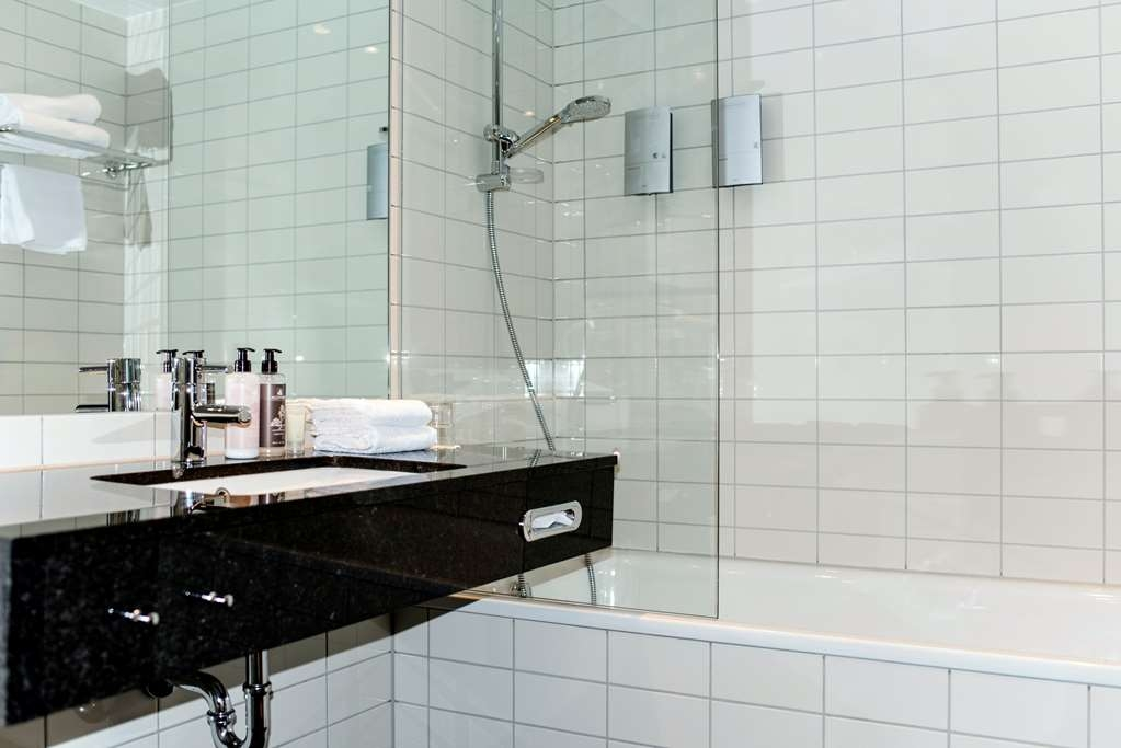 Best Western Plus Sthlm Bromma - King bed 180cm and bunk bed, tub and shower.