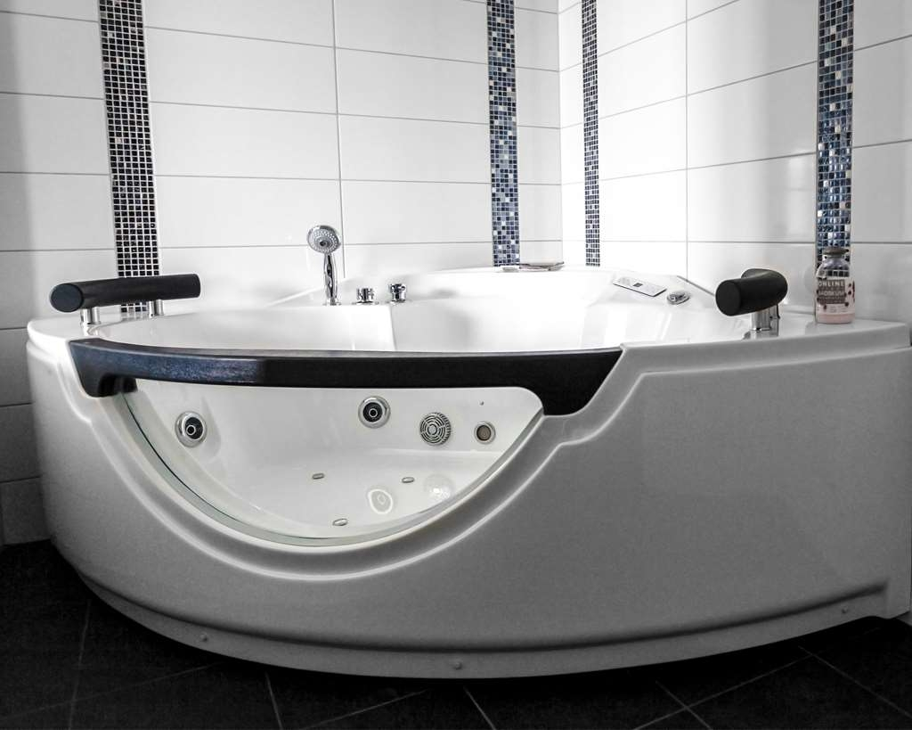 Best Western Hotell Karlshamn - Suite bathroom with shower and whirlpool.