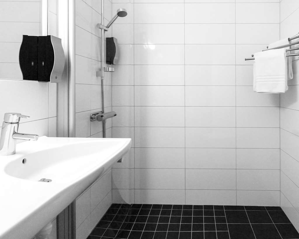 Best Western Hotell Karlshamn - Standard bathroom with shower in single and double rooms.