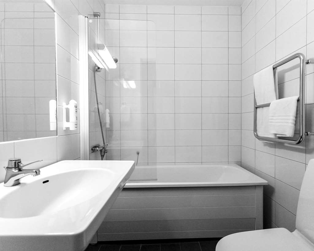 Best Western Hotell Karlshamn - Standard bathroom with bathtub in single and double rooms.
