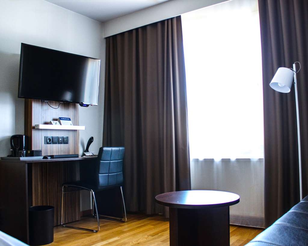Best Western Hotell Karlshamn - Standard single room facing the window and the desk.