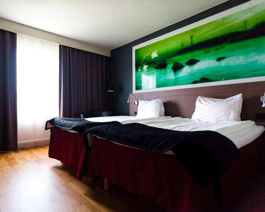 Best Western Hotell Karlshamn - Standard double room facing the window and bed.