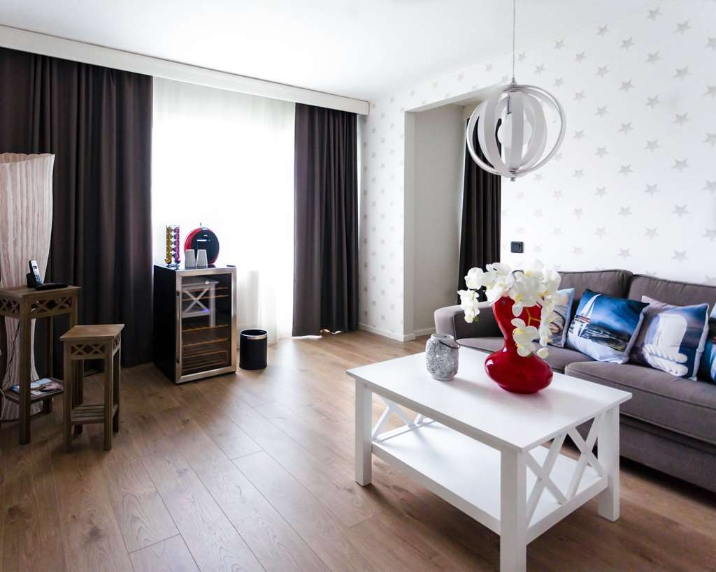 Best Western Hotell Karlshamn - Suite with queen bed, livning room, whirlpool, and surround speaker system.