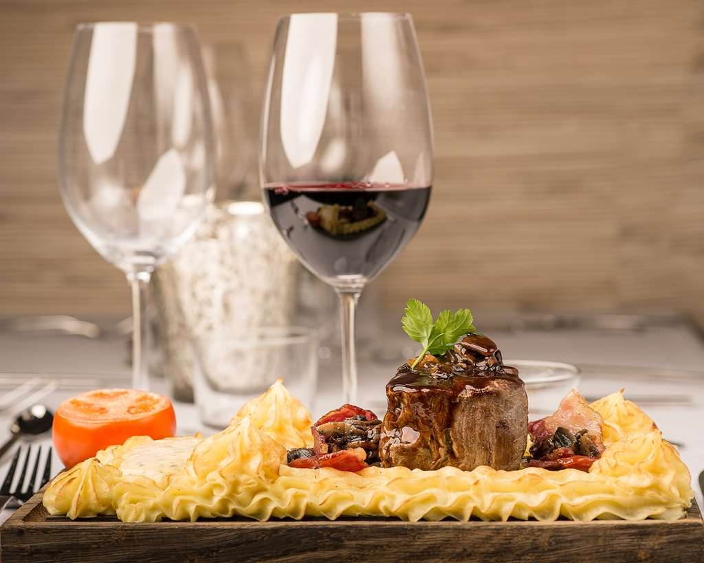 Best Western Hotell Karlshamn - Enjoying beed plank with a glas of red wine in Restaurang Ankaret.