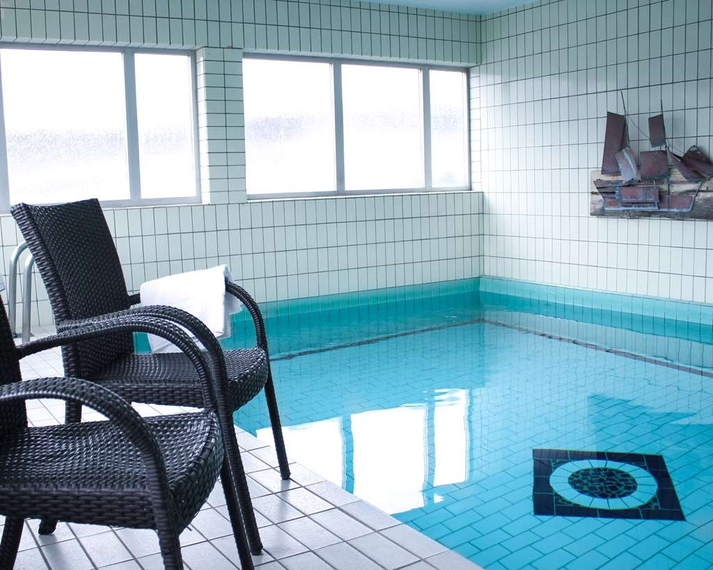 Best Western Hotell Karlshamn - Relax in chairs by indoor pool.