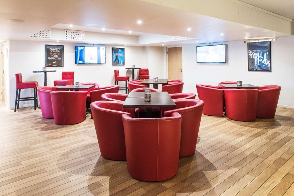 Best Western Hotell Karlshamn - Charis and cable TV in the sportsbar.